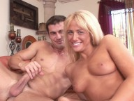 Vidéo porno mobile : Totally wet for her first scene